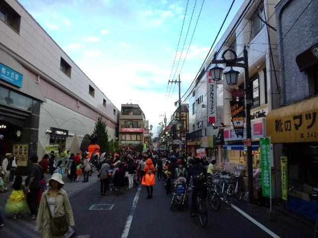 ハロウィンフェスティバル時の小田急線梅ヶ丘駅前の様子です。
