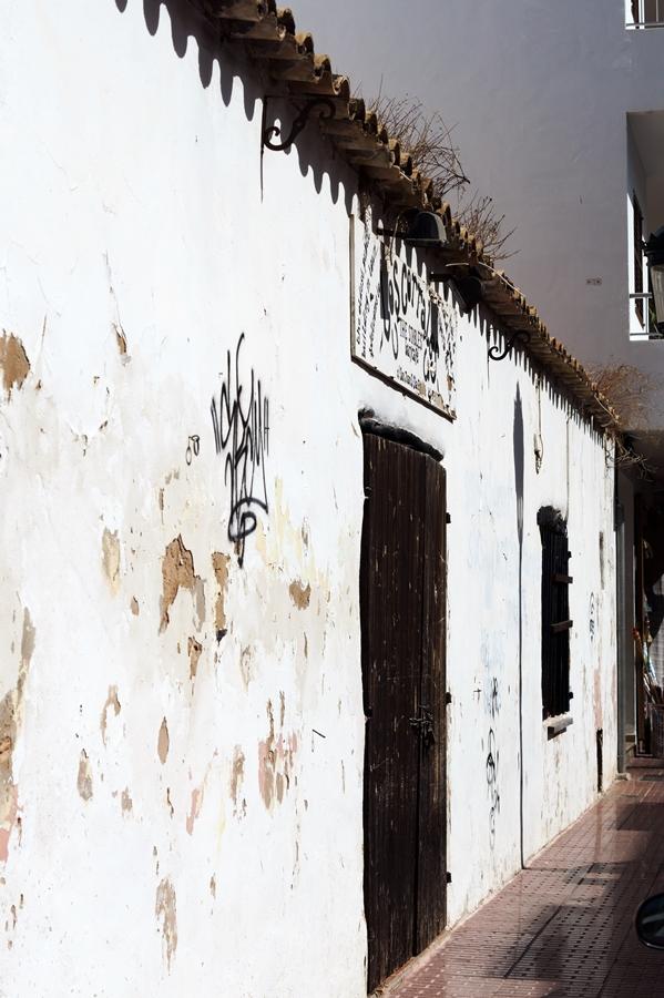 Blog + Fotografie by it's me! - Reisen - La Isla Blanca Ibiza, Santa Eularia - heruntergekommene Häuserfront