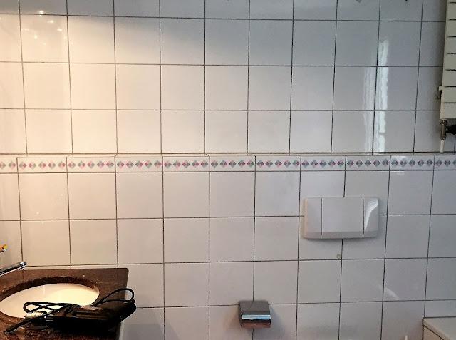 Badezimmer mit Wand für neuen Spiegelschrank