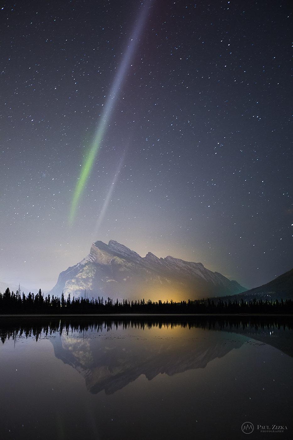 Nhiếp ảnh gia thiên văn Paul Zizka chụp được khoảnh khắc hiện tượng Steve kép vào tháng 10 năm 2015 tại Công viên Quốc gia Banff ở Dãy núi Rocky của Canada. Hình ảnh: Paul Zizka/zizka.ca.