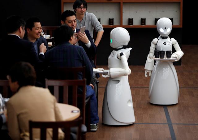 Robôs controlados por pessoas com deficiência servem clientes em café no Japão