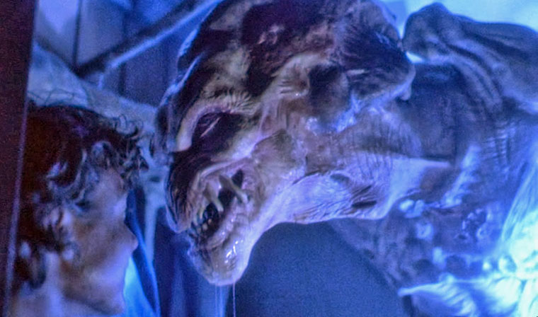 Das in der deutschen Fassung etwas unglücklich benannte 'Halloween-Monster' (OT: PUMPKINHEAD) und sein Opfer. Quelle: Scream Factory Blu-ray Screenshot