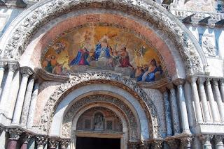 Dans la partie inférieure de la basilique se trouvent cinq portails enchâssés dans de magnifiques colonnes polychromes.