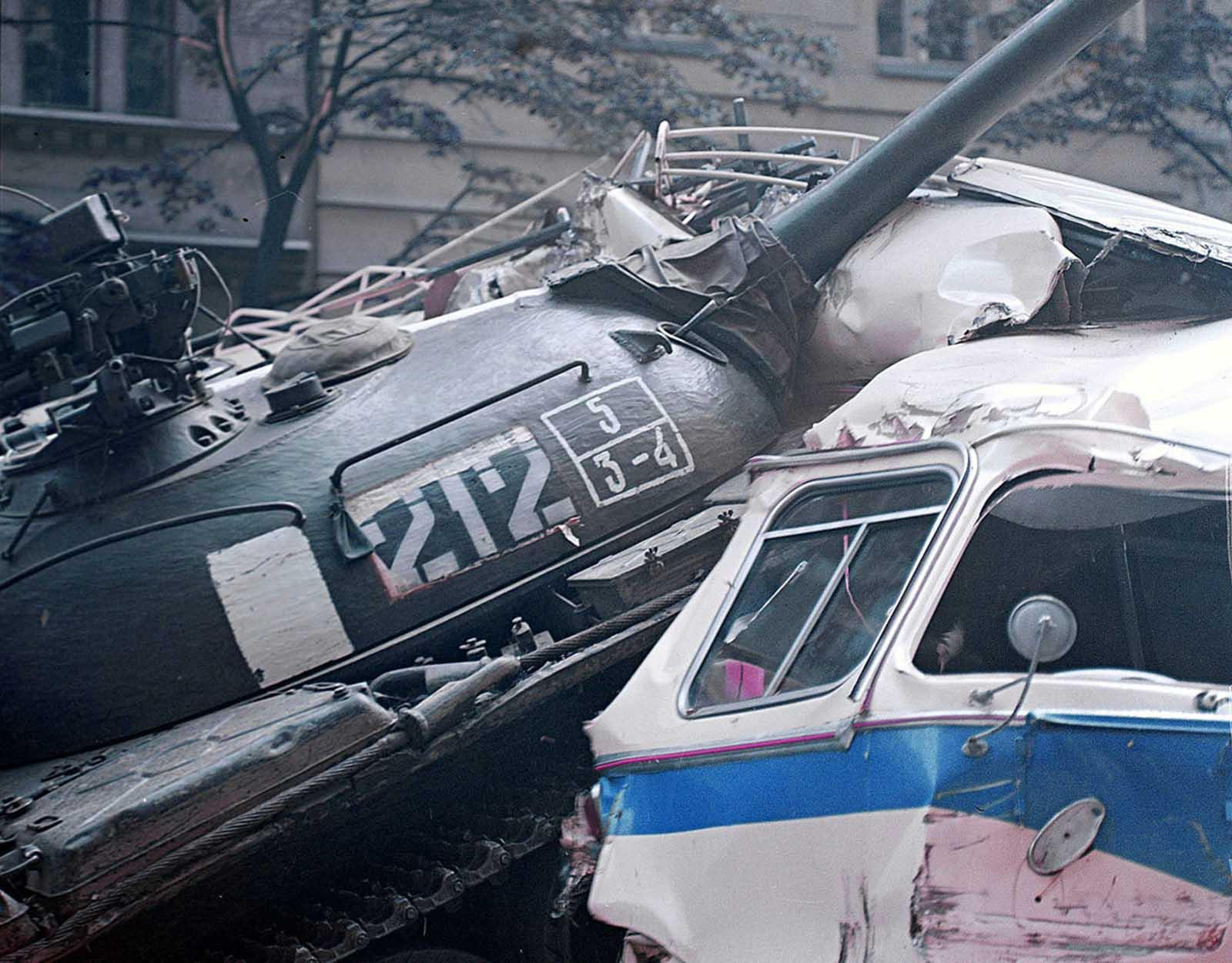 Un tanque del ejército soviético rueda sobre una barricada hecha de camiones y autobuses frente al edificio de la Radio Checoslovaca el 21 de agosto de 1968.