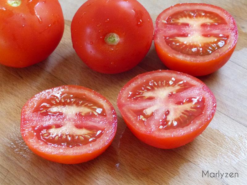 Coupez les tomates en deux.
