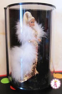 Барби в белых перьях в пластиковой коробке с подставкой