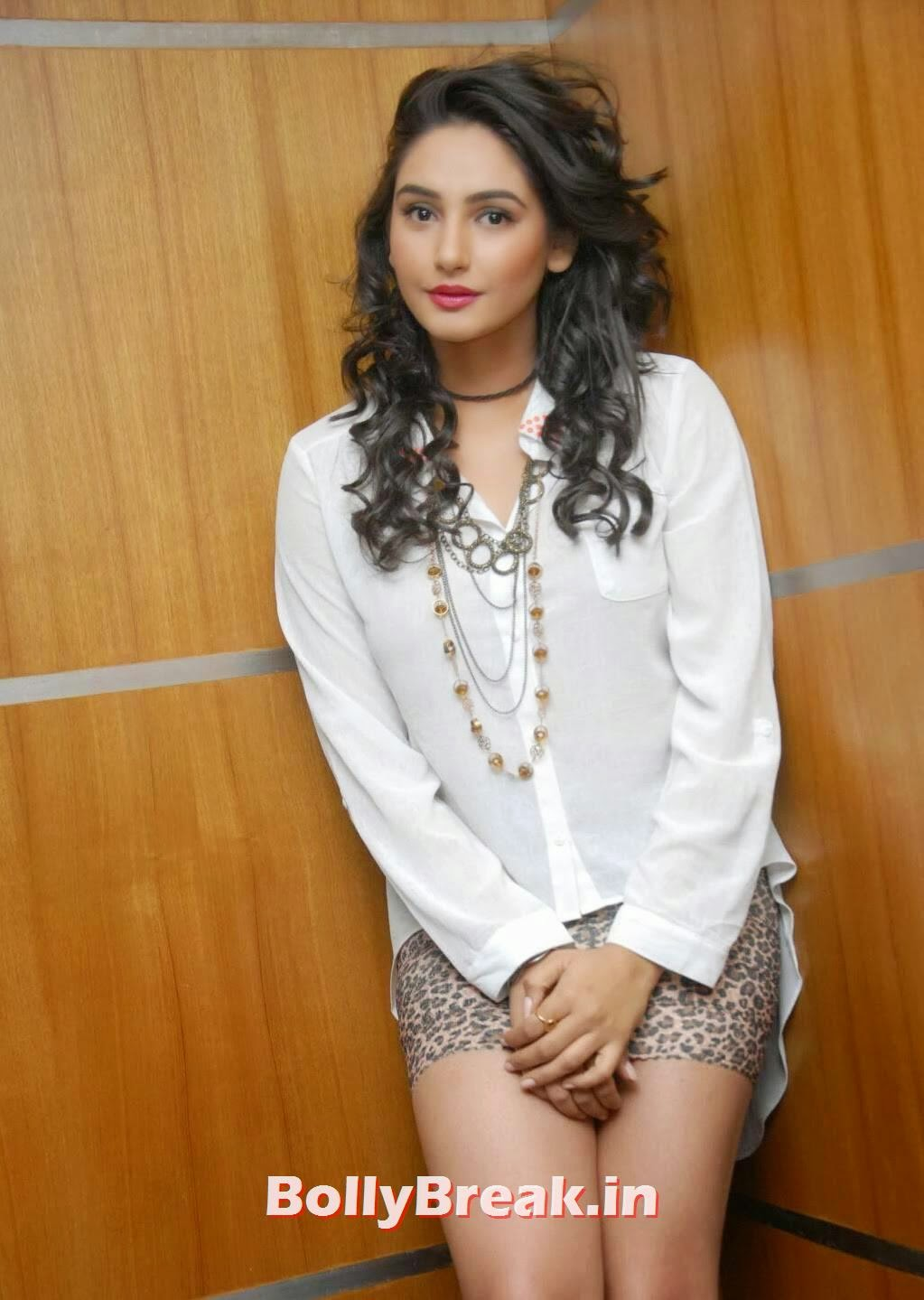Actress Ragini Dwivedi Hot Photos In Mini Skirt - 6 Pics-6387