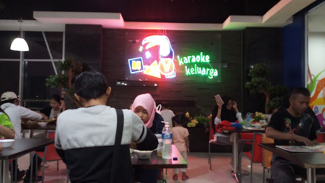 pengunjung food court blok m square