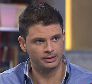 Foto de Alfonso Barán, filósofo y escritor. Es un adulto con apariencia de joven. Lleva el pelo corto y una barba muy fina, viste con una camisa de color azulado.