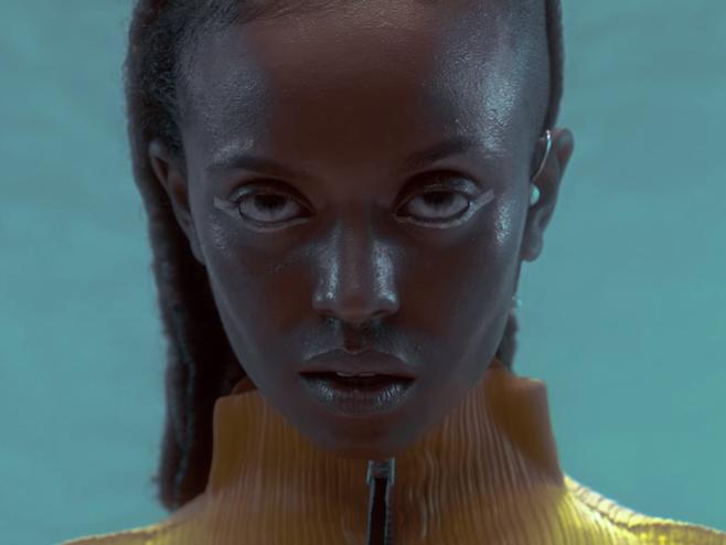Kelela está presa numa relação de amor no videoclipe de 'Blue Light'