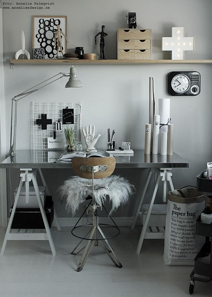 annelies design, webbutik, webshop, nätbutik, nettbutikk, poster, posters, konsttryck, tavla, tavlor, cirkel, cirklar, memoblock, raket, hylla, arbetsrum, arbetsrummet, hemmakontor, arbetshörna, grått, grå, gråa, vägg, väggar, svart och vitt, svartvit, svartvita, vykort, stjärntecken, galler, nät, clips, klämmor, inspiration, kors, fårskinn, inredning, le sac en papier, papperspåse, papperspåsar, svartvitt,