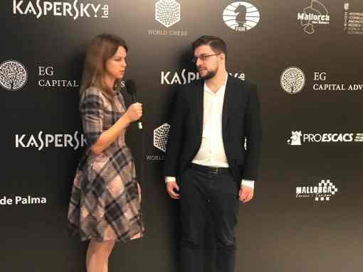 Maxime Vachier-Lagrave interviewé par Anastasia Karlovich après sa victoire ronde 1 sur Boris Guelfand - Photo © Javier Ochoa