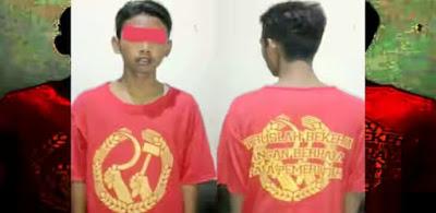 Suporter Bola di Kampung Jokowi Pakai Baju Palu Arit, Ini Fotonya