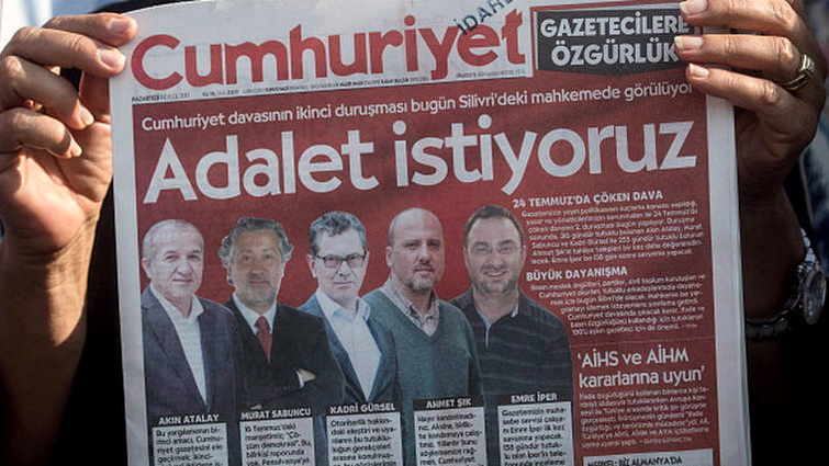 Ένταση στη δίκη των στελεχών της εφημερίδας Cumhuriyet - Υπό κράτηση τέσσερα στελέχη της