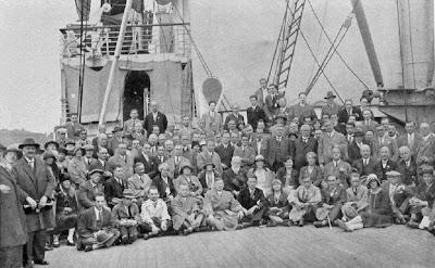 """Hamburgo-1930: Grupo de maestros y organizadores que participaron en el Torneo de las Naciones, a bordo del """"Deutschland"""""""