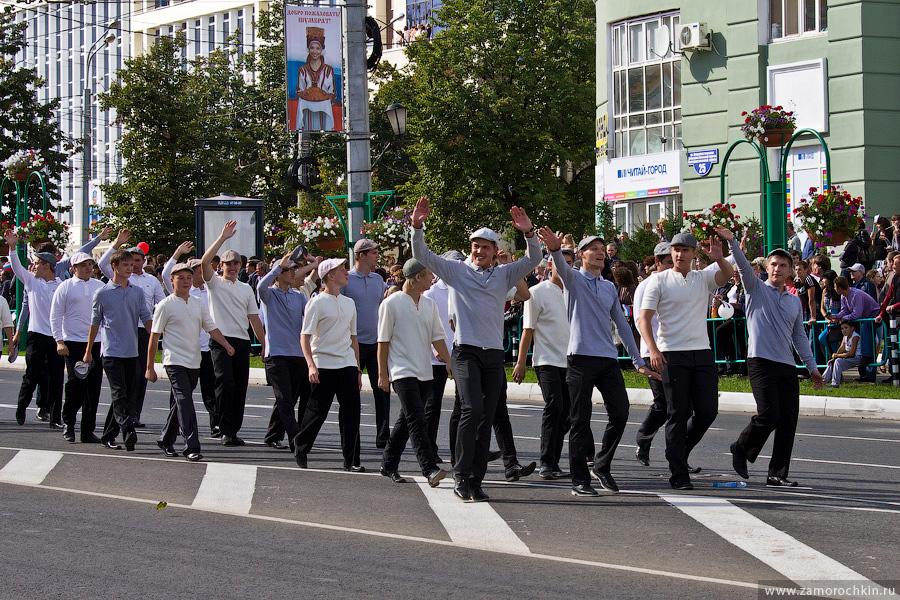 Участники театрализованного парада Все мы- Россия