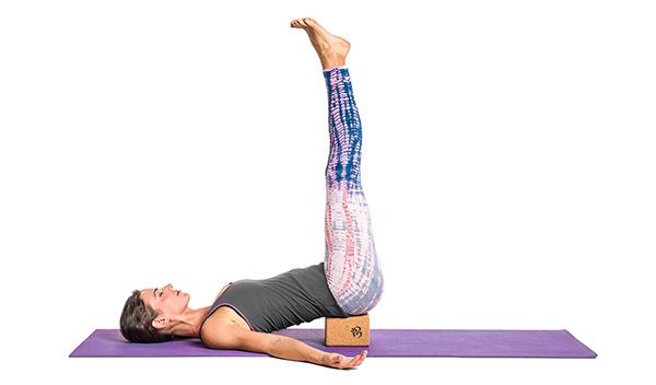 tu-the-yoga-nam-gac-chan-len-tuong