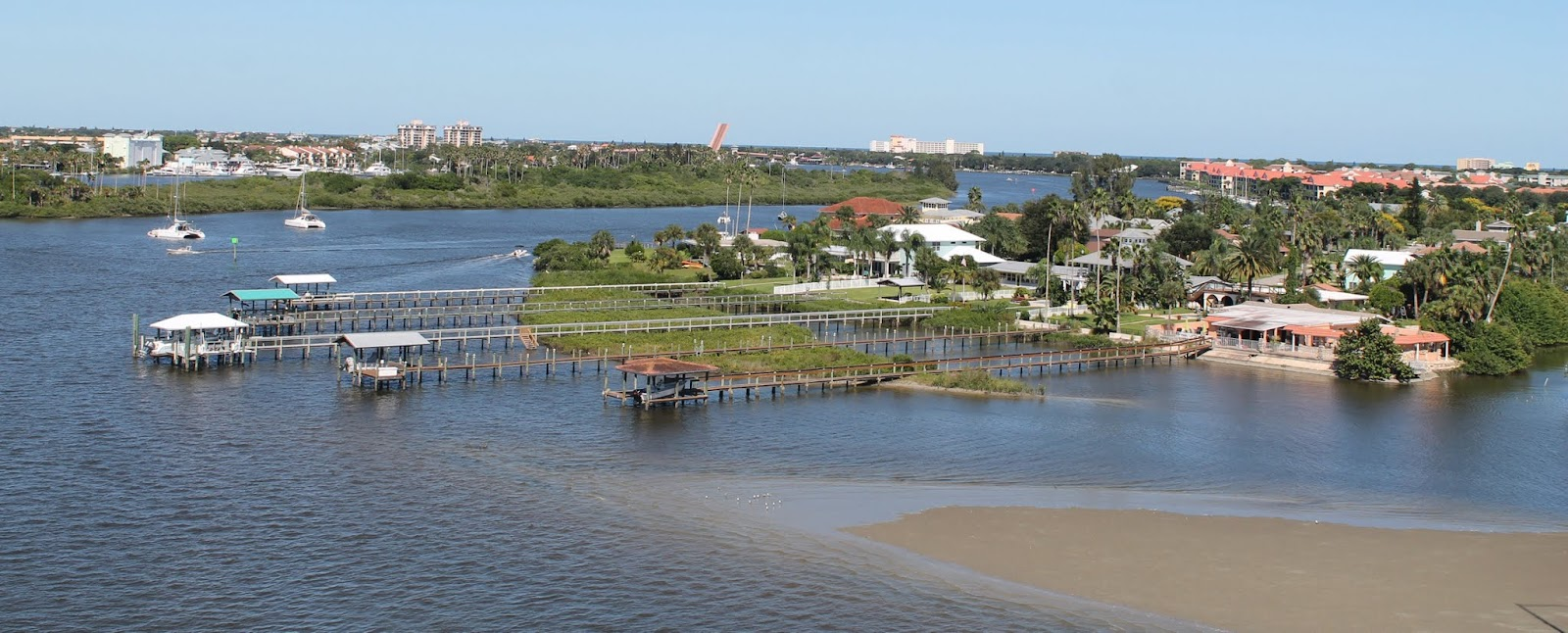 New Smyrna Beach a orillas del Halifax River, sector de las islas barrera
