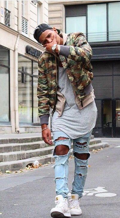 Look Masculino com Jaqueta Camuflada Militar, Calça Jeans Destroyed e Tênis Branco