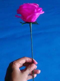Bentuk bunga mawar dari kertas krep 3
