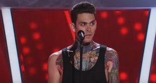 Muchos los juzgan por estar cubierto de tatuajes. Cuando empieza a canta? Increíble!