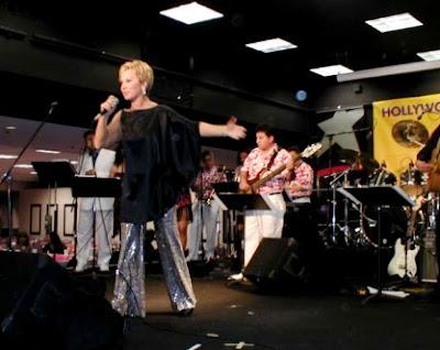 Foto de Cecilia Bracamonte cantando en el escenario
