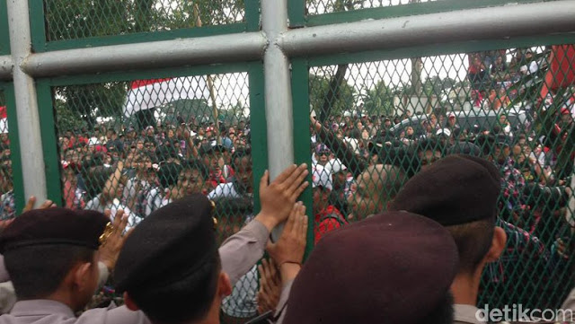 Perlakuan Istimewa Polisi Kepada Massa Ahok