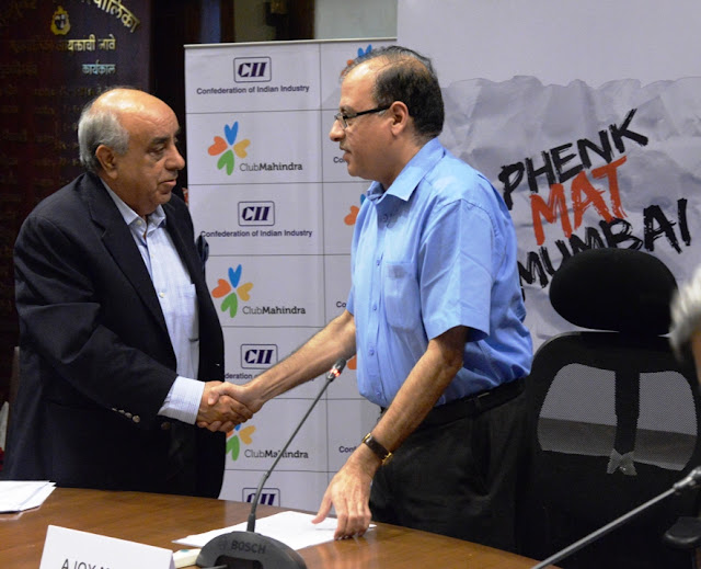 Mr Ajoy Mehta, Municipal Commissioner and Mr Arun Nanda, Chairman, CII WR Taskforce on Swachh Bharat and Chairman, Mahindra Holidays during the launch of Phenk Mat Mumbai1