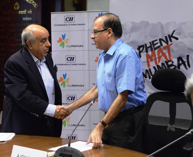 Mr Ajoy Mehta, Municipal Commissioner and Mr Arun Nanda, Chairman, CII WR Taskforce on Swachh Bharat and Chairman, Mahindra Holidays during the launch of Phenk Mat Mumbai1