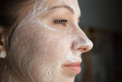 aspirine pour enlever les taches de visage et les cicatrices d'acné