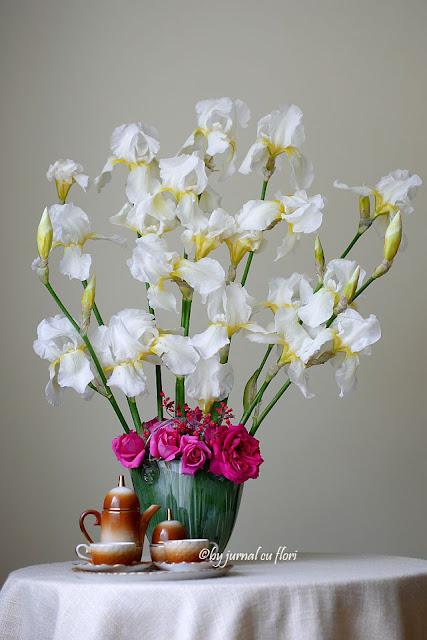 ceasca de cafea si flori de primavara