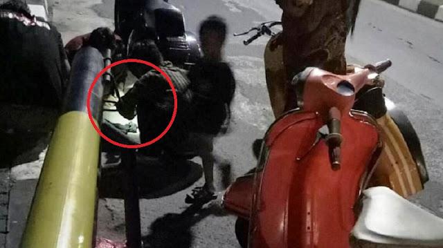 Ban Motor Suami Istri Ini Bocor Saat Beli Susu Anak!! Kejadian Berikutnya Mengagetkan Karena Banyak Pengendara Mendekat...