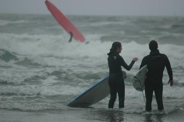 """""""Minha foto favorita do meu irmão e da esposa enquanto ensinava meu outro irmão a surfar."""""""