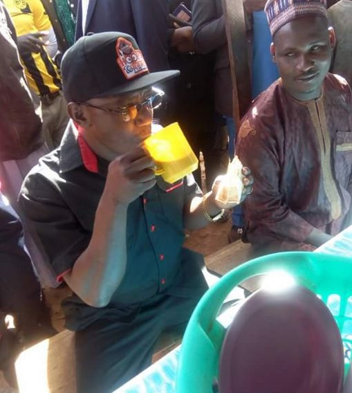Sports Minister Dalung seen drinking road side tea again
