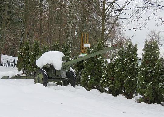 Działo przeciwpancerne na cmentarzu wojennym w Wysokiej.