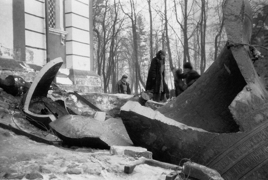 Сброс колоколов в Троице-Сергиевой лавре