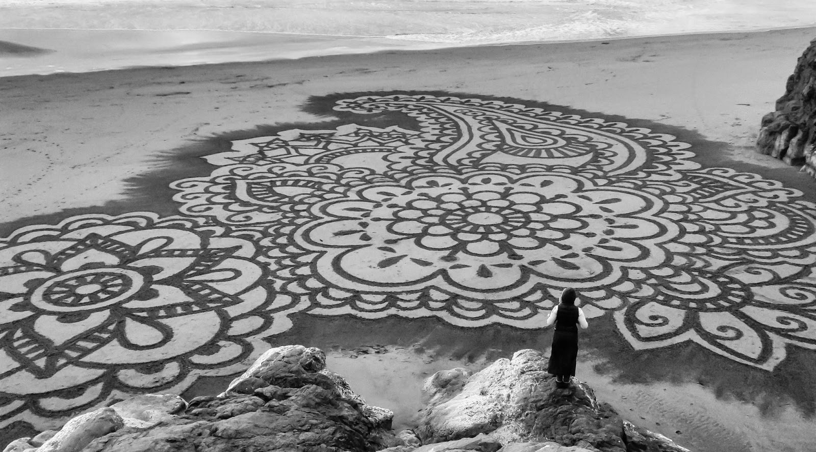 10 Man Uses A Rake On The Beach To Create Masterful Works Of Art