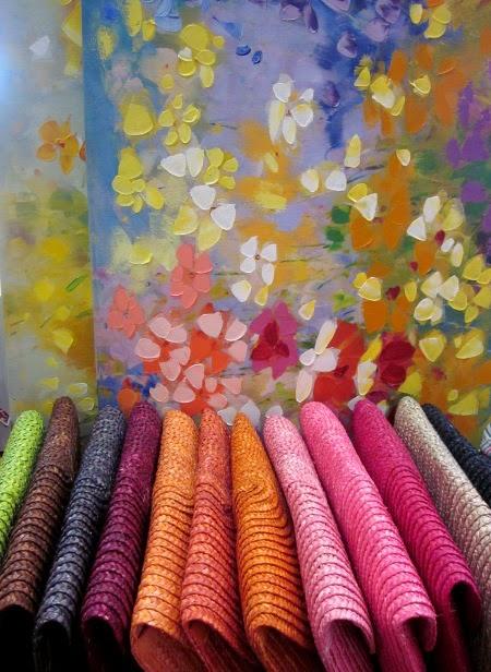Carteras de rafia de colores y cuadros flores