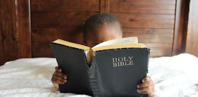 biblia, religia, katole, katol, katolicyzm, chrześcijaństwo, ateizm, bzdury, inne religie a katolicyzm, sekta, szatanizm, satanizm; źródło: Unsplash