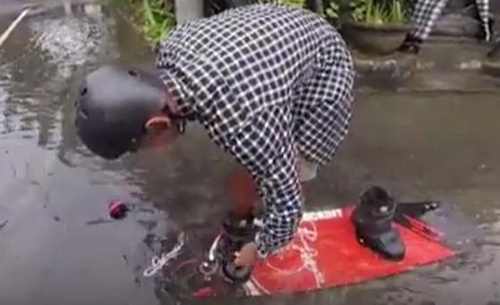 Video Pemuda Bermain Skateboard Di Banjir Yang Melanda Bali Jadi Viral