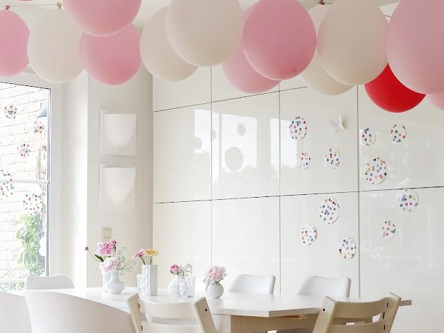 DIY-Geburtstags-Deko mit Pfingstrosen, Schleierkraut, Ballon-Girlanden und Riesen-Konfetti -  www.mammilade.blogspot.de - Fotoaktion 12von12 - 1 Tag in 12 Bildern