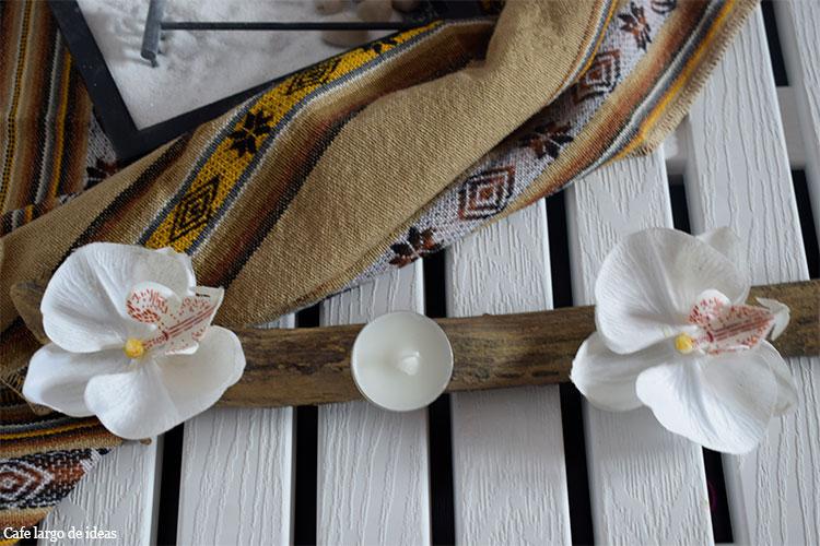 Sencillo arreglo floral con orquídeas y velas