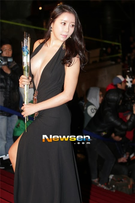 Ha Na Kyung beautiful body and sexy V dress attracted attention from the media and the attending public.