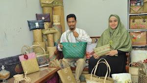 HEBAT... Suami Istri Warga Banjarbaru ini Kenalkan Kerajinan Purun Kepada Dunia