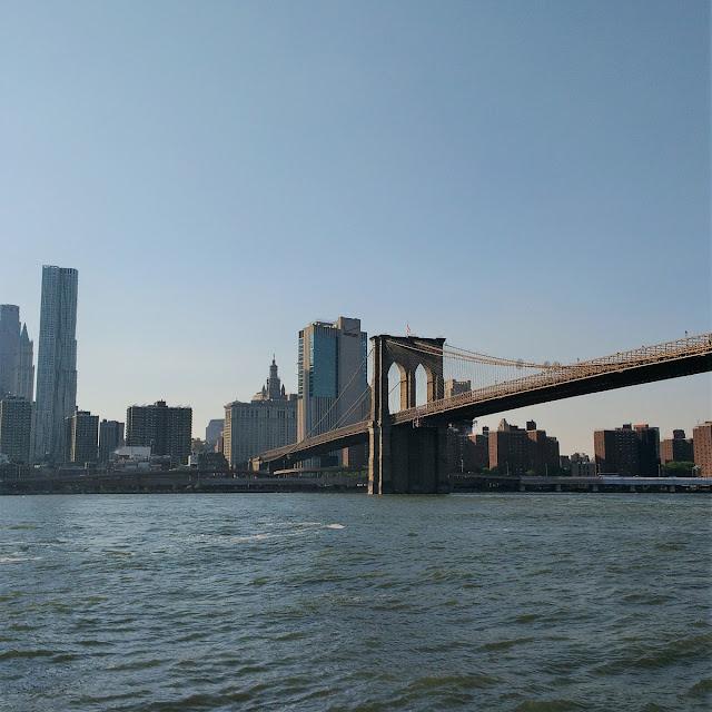 Uma-miúda-em-Nova-Iorque-armazém-de-ideias-ilimitada-east-river-brooklyn-bridge-park
