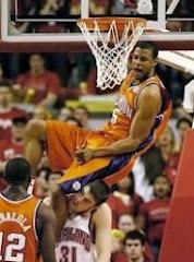 smešna slika: košarkaš skače na protivnika