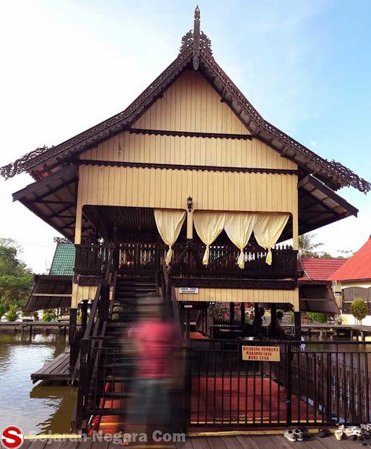 Gambar Rumah adat di atas sungai Kalimantan Timur