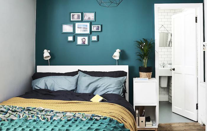 Marcos de fotos y pared pintados del mismo color