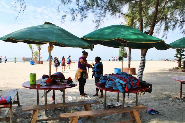 Bermain Parasailing di Pantai Bali Lestari