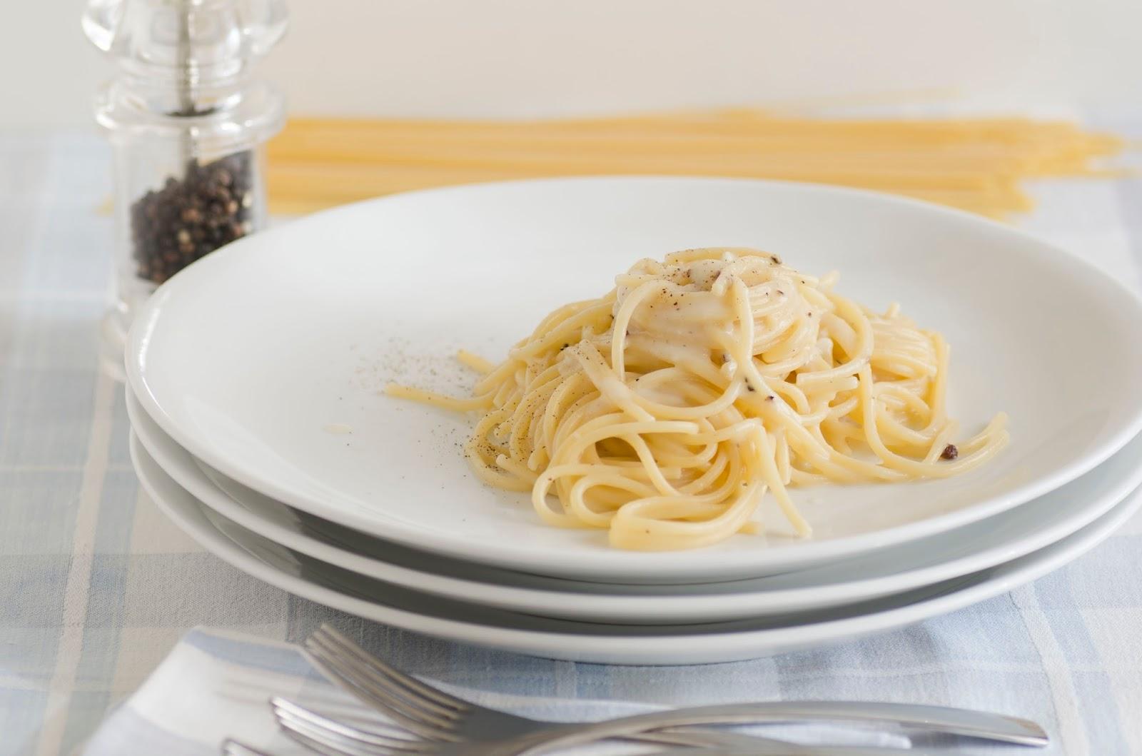 Spaghetti cacio e pepe ricetta ed ingredienti dei for Piatto romano